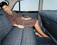 64年型からパワーウィンドウや前後のパワーシートがオプション設定された。写真のリアパワーシートは、ボタン操作でシート座面が75mm前進し、同時にバックレストがリクラインする。