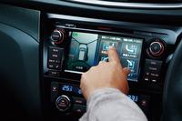 画面左のアラウンドビューモニターには移動物検知機能が備わる。画面右はインテリジェントパーキングアシスト機能の、駐車場所選択画面。