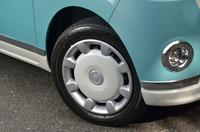 """上級グレード「G""""メイクアップ SA II""""」のホイールには、ツートンカラーのホイールキャップが装着される。"""