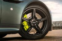 「V8ヴァンテージAMR」の「5スポーク19インチグロスブラックホイール」。タイヤは、ブリヂストンの「ポテンザRE050」が組み合わされる。