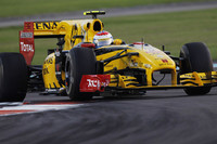 アロンソの先行を許さなかったビタリー・ペトロフ(写真)。もっとも効率よくFダクトを後付けできたチーム、ルノーのマシンで奮闘し、6位でフィニッシュした。ロバート・クビサは、タイヤ交換を引き延ばすことで5位入賞。予選でチームメイトに負けたが、レースで挽回(ばんかい)した。(写真=Renault)