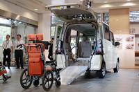積載能力に強みを見せる「ホンダN BOX+」。オプションの「アルミスロープ」(写真)を使えば、車いすなども容易に積むことができる。