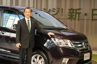 「親子で出かける時の、一番のミニバンになりたい」と、新型「セレナ」の展望を語る、日産自動車の志賀俊之COO。