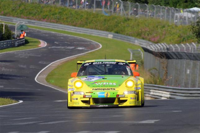"""2011年の「ニュル24時間」で圧倒的な強さを見せたのが、ポルシェの""""隠れワークス""""マンタイレーシングだった。11号車の「911GT3R」に18号車の「911GT3 RSR」を加えるなど、エース級のチームをダブルエントリー。最終的には18号車に集約した見事な戦略で、勝利をものにした。"""