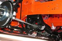 リアサスペンションのスタビライザーは、足まわりではなく車体に取り付けられる。