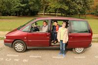住まいのあるパリで「シトロエン・エヴァジオン」を普段の足とするディディエ氏(左)と、彼の家族。