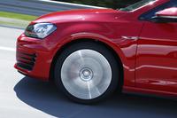 赤く塗装されたブレーキキャリパーは「GTI」の証し。