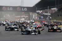 ポールシッターのハミルトンが先頭で1コーナーへ。予選2位のベッテルもそのまま2位、3番グリッドのロメ・グロジャンは3位で続いた。(Photo=Mercedes)