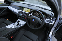 試乗車は「Mスポーツ」パッケージ装着車。シフトパドル付きの専用ステアリングホイールやアルミのインテリアトリムを備える。