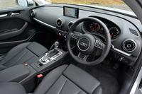 テスト車のシート表皮は、高級レザーとされる「ミラノ」。アイスシルバーの車体色に限って選べるオプションである。
