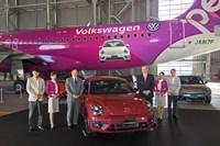 限定車「#PinkBeetle」を中心に、ピーチの井上慎一代表取締役CEO(向かって左)と、VGJのティル・シェア代表取締役(同右)。