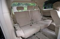 7人乗車の際は、3列目真ん中のヘッドレストをお忘れなく。通常は右側のシートバック裏側に収納できる。