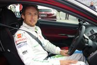 欧州版「シビック・タイプR」のドライバーズシートに収まったジェンソン・バトン。「F1マシンとはまったく違うけど、とっても楽しいクルマだよ」とのこと。