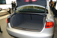 トランク容量はVDA法で480リッター。リアサスペンションレイアウトの変更により、トランクルームのフロアは低くフラットにされた。
