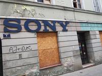 ポーランドのピョートルクフ・トルィブナルスキにて。家電販売店の跡。