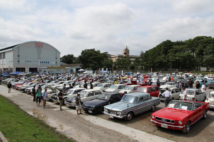 300台近いヒストリックカーが並んだグラウンド。