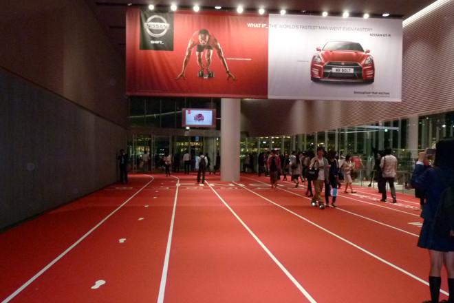 ボルト選手来日イベントとあって、日産本社ギャラリーの入り口はまさにロンドンオリンピックの100メートルトラックを再現したように模様替えされていた。写真左の足跡は、ボルト選手が走った実際の歩幅。
