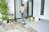 付属の「デッキクリーナー」を使用すれば床面の清掃も楽々とこなせる。