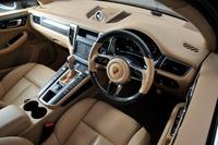 テスト車にはオプションのナチュラルレザーインテリアや、カーボン製のステアリングホイールなどが採用されていた。
