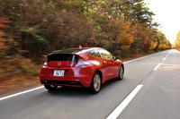 長い登坂路をひた走る「CR-Z」。坂道発進時に車体のズリ下がりを防止するヒルスタートアシスト機能は、新たにCVT車にも与えられた。