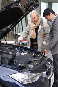 新型「BMW 328i」のフロントには、2リッター直4ターボエンジンが縦置きされる。直6モデルは、モーター付きの「アクティブハイブリッド3」として、2012年秋の導入が予定されている。