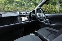 横基調のシンプルなデザインのインパネ。試乗車にはディーラーオプションのSDナビゲーションフルセット(ETCやリアカメラとのセットで価格は17万6400円)が装着されていた。