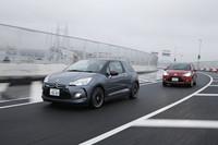 高速道路をゆく2台。寸法はほぼ同じだが、背丈だけは「DS3」(写真手前)のほうが「C3」より75mmも低い。