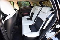 後席の様子。前方の視界確保のために、着座位置は前席よりも37mm高く設定されている。