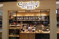 クルマに関するスペースだけでなく、食事のできる店舗も併設されるのが「Mercedes me Tokyo HANEDA」の特徴。写真はオーガニックなバーガーやジュースが一押しの「eggcellent BITES」。