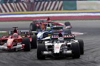 最悪なのはBARホンダ勢も同じ。佐藤琢磨は高熱が引かずに参戦を見合わせ、代わりにサードドライバーのアンソニー・デイヴィッドソンがステアリングを握ったのだが、ジェンソン・バトン(写真前)とともに、僅か2周のレースランしか経験できなかった。原因はエンジントラブルと見られている。(写真=本田技研工業)