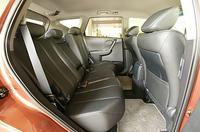 北米仕様には、3人分のヘッドレスト、3点式シートベルトが装備される。