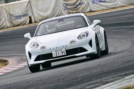 アルピーヌのピュアスポーツカー「A110」に、さらなる高性能バージョン「A110S」が登場。サーキットでステ...