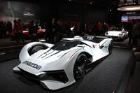 「LM55 ビジョン グランツーリスモ」が前面に立って来場者を迎えるマツダのブース。その後ろは「ロードスターNR-Aレーシングスペック」。