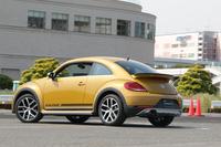 「ザ・ビートル デューン」は、東京都江東区で開催されたフォルクスワーゲンのファン感謝イベント「Volkswagen Day 2016」で初公開された。会場には、その実車見たさに足を運んだ来場者もちらほら。フォルクスワーゲンの手でカスタムされた限定車の、人気の高さがうかがえた。