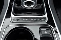 ダイヤル式のシフトセレクターの手前に備わる「JaguarDriveコントロール」のスイッチ。「スタンダード」「エコ」「ダイナミック」「ウインター」の4つの走行モードが用意されている。