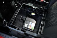 「ソリオ」のマイルドハイブリッドシステムは、軽乗用車用の「S-エネチャージ」をベースに「ISG」(モーター機能付き発電機)の出力を向上させたもの。S-エネチャージ搭載車と同じく、助手席のシートの下には駆動用のバッテリーが積まれている。