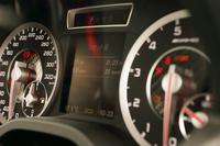 レースタイマー機能を備えたAMGモデル専用のメーターパネル。速度計の目盛りは320km/hまで刻まれている。