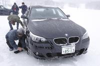 雪上での安心感は、スタッドレスタイヤの進化によるところも大きい。BMWは、スタッドレスもランフラット「ブリヂストン ブリザック」シリーズを装着する。写真は、雪上で空気を抜いてのデモンストレーション中。