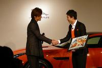 『テニスの王子様』の作者である許斐 剛さん(写真左)もスペシャルゲストとして登場。「ジャガーにある躍動感と彼のプレイスタイルがマッチしてるので、それを表現してみました。テニスコートで大暴れしてほしい」とコメントした。