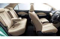 ヴィッツのホイールベースを90mm延長。前後席間の距離は905mmとし、後席でも大人がゆったりと座れるようにしたという。