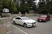 「CLS350 ブルーエフィシェンシー」(写真手前)は、オプションの「AMGスポーツパッケージ」装着車。フロントスポイラーが備わるほか、ラジエターグリルを真横に横断するラインが1本となる(非装着車は2本)。 「CLS63 AMG」(写真奥)にはオプションの「AMGカーボンエクステリアパッケージ」が装着されていた。フロント部ではスポイラーリップとドアミラーがカーボンファイバー製となる。