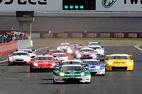 GT500クラスのスタートシーン。初めての試みとして導入されたノックダウン方式の予選を制した、No.18 TAKATA 童夢 NSX(道上龍/小暮卓史組)は、今シーズン5回目のポールポジション。同一車種最多記録となった。