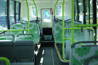 EVバスはフラットな床が後方まで続く。座席下に段差があるのはケーブルや補機類を収納するためだそうだ。