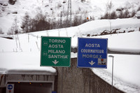 イタリアとフランスをつなぐモンブラン・トンネルのイタリア側で。各道路の制限速度を示した標識。