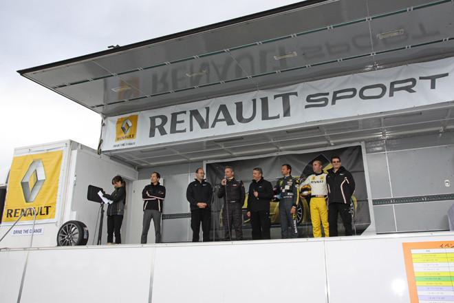 オープニングセレモニー。ルノー・ジャポンの大極 司社長(左から2人目)、ルノー・スポールのスタッフ、そして3人のゲストドライバーらがステージに整列、あいさつしてイベントがスタート。