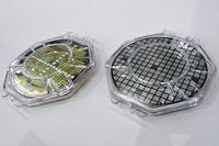 SiCパワー半導体のウェーハ(右がダイオード、左がトランジスタ)。
