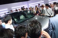 会場では、新型SUV「レンジローバー ヴェラール」に直接触れることができる。オープニングレセプションでも、大勢の来場者が車両を取り囲んだ。