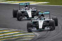 予選、決勝を通してメルセデスの2台が火花を散らした。レースではロズベルグ(写真手前)の背後にハミルトン(その後ろ)がつく場面も見られたが、抜きあぐねているうちにハミルトンのタイヤがタレてしまい、勝負にならなかった。(Photo=Mercedes)