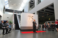 本館2階で行われた開会式であいさつする豊田章一郎名誉会長。エスカレーターを上がった3階が「TOYOTA 75」の会場となる。