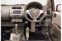 ステアリング操作は、左足にあるスリッパのようなペダルで行う。ドライブ、バックなどのシフトは右足で、パーキングブレーキは左ひざでコントロール。もちろんドアの開け閉め、シートベルト装着(自動)、各種スイッチ操作も足だけでできる。